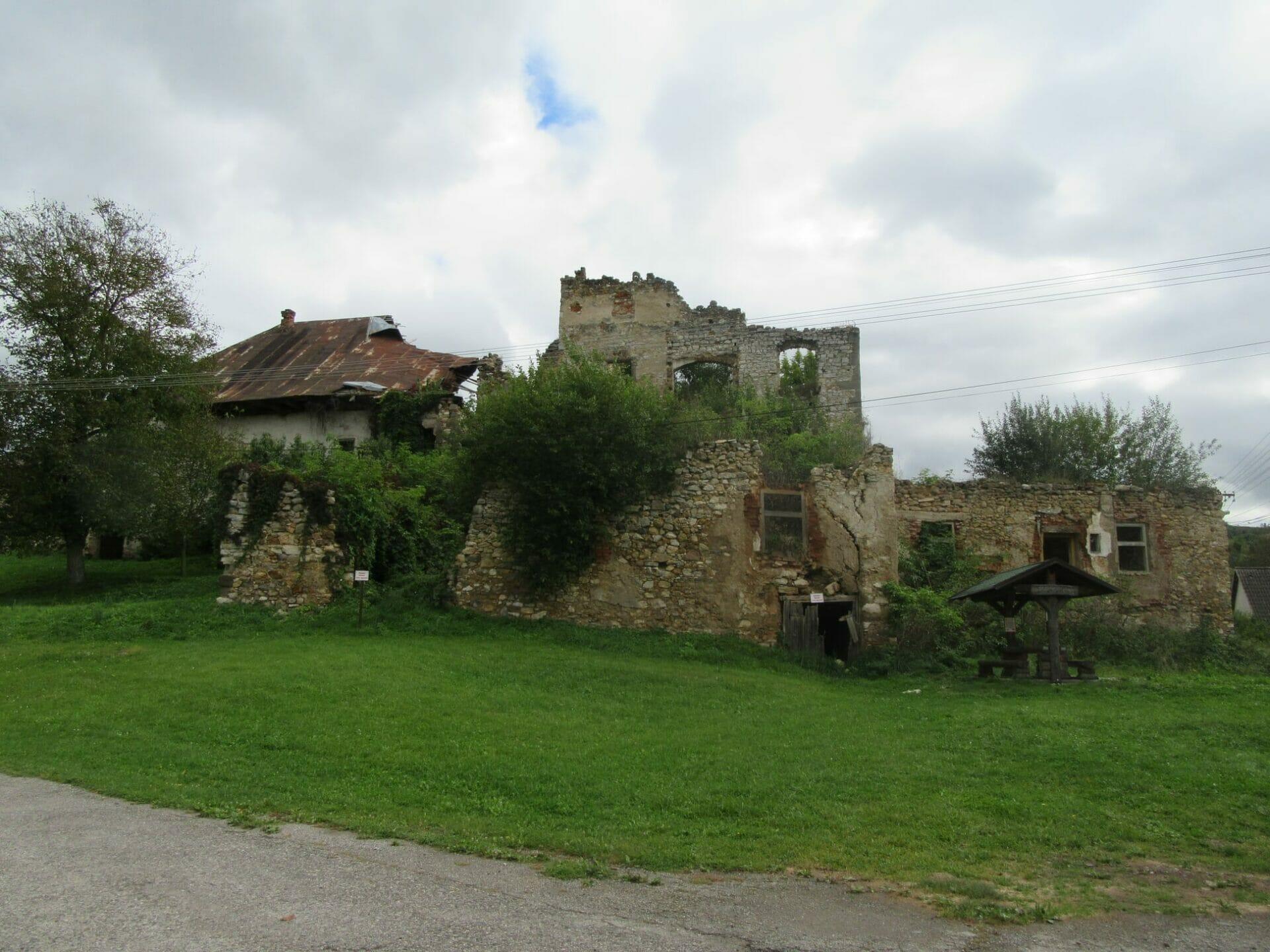Opustený a schátralý hrad