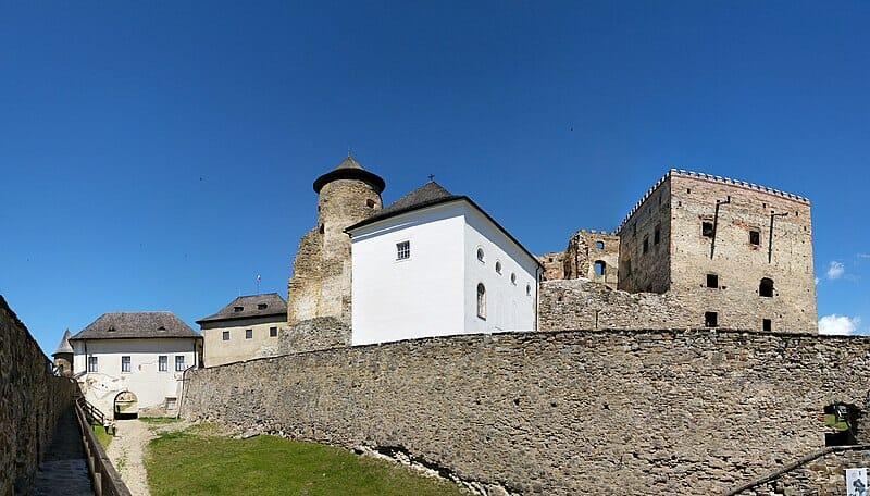 Nádvorie Ľubovnianskeho hradu