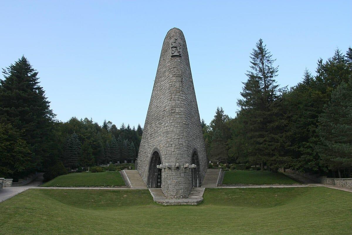 Pamätník čs. armádneho zboru na Dukle – predný pohľad