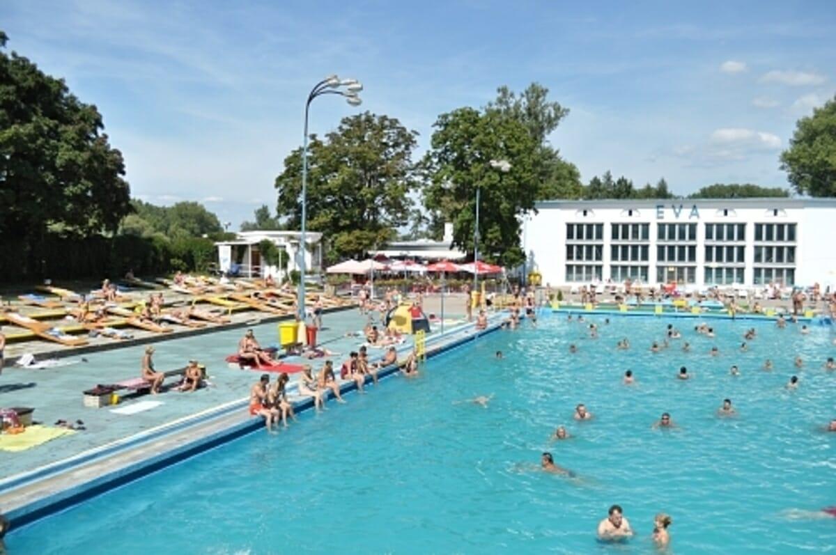 Oddychová zóna pri vonkkajšom plaveckom bazéne – Kúpalisko Eva Piešťany