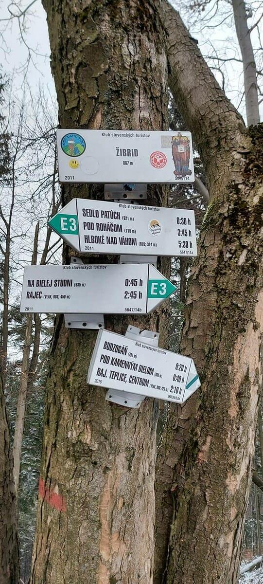 Turistické značky s vyznačením cesty k Stratenému Budzogáňu