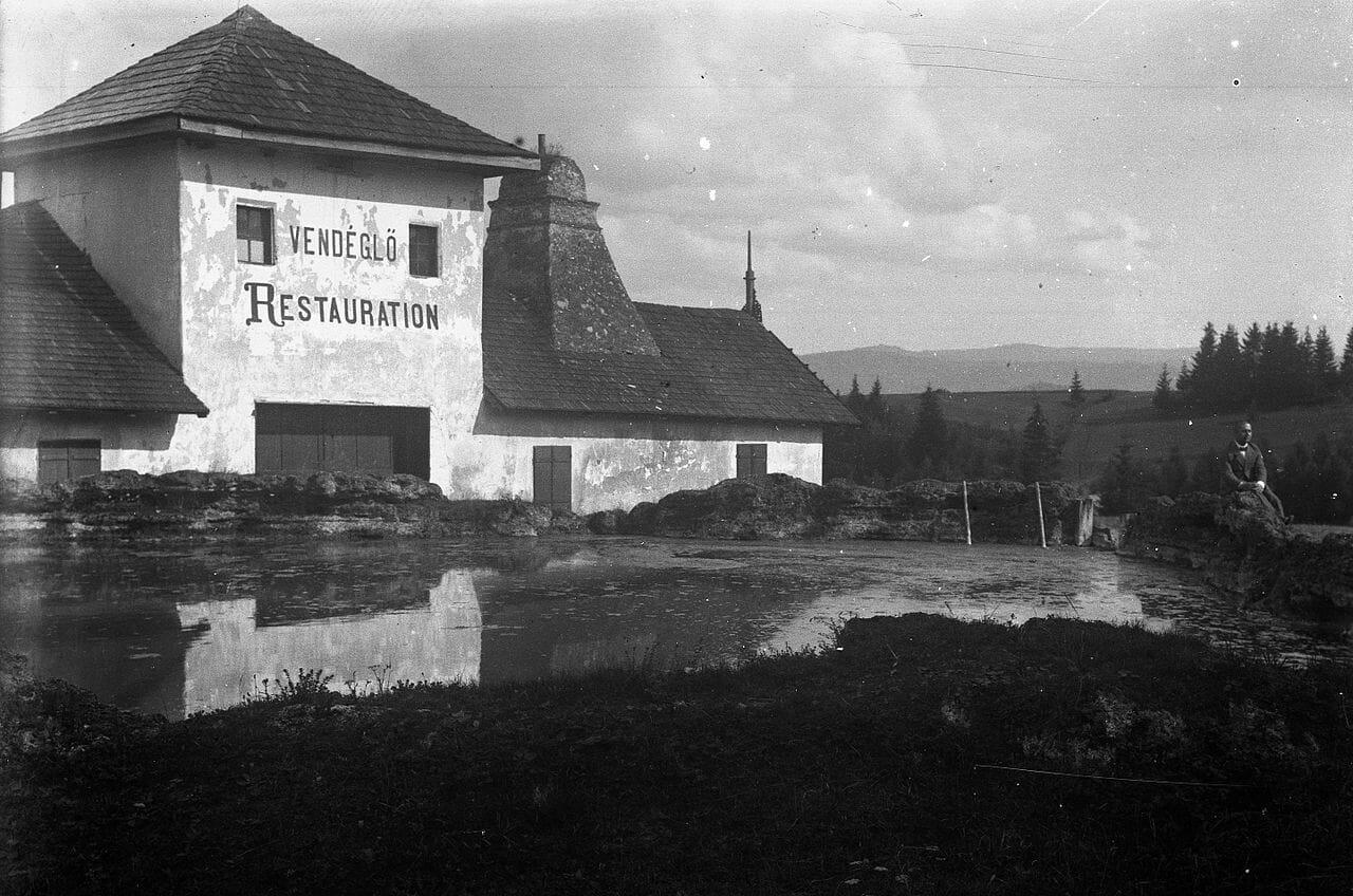 Reštaurácia pri jazierku v roku 1900 – historická fotografia