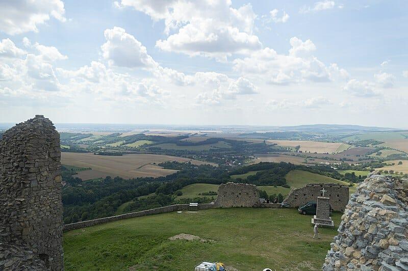 Výhľad z hradu Branč a pamätník na nádvorí