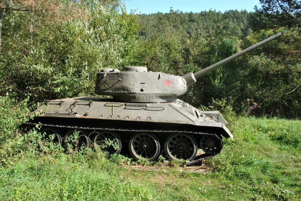 Tanková rota v útoku, obec Kružlová