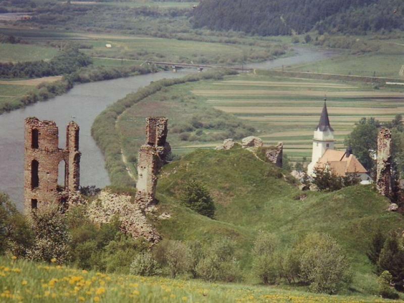 Panoramatický pohľad na hrad Plaveč a okolie