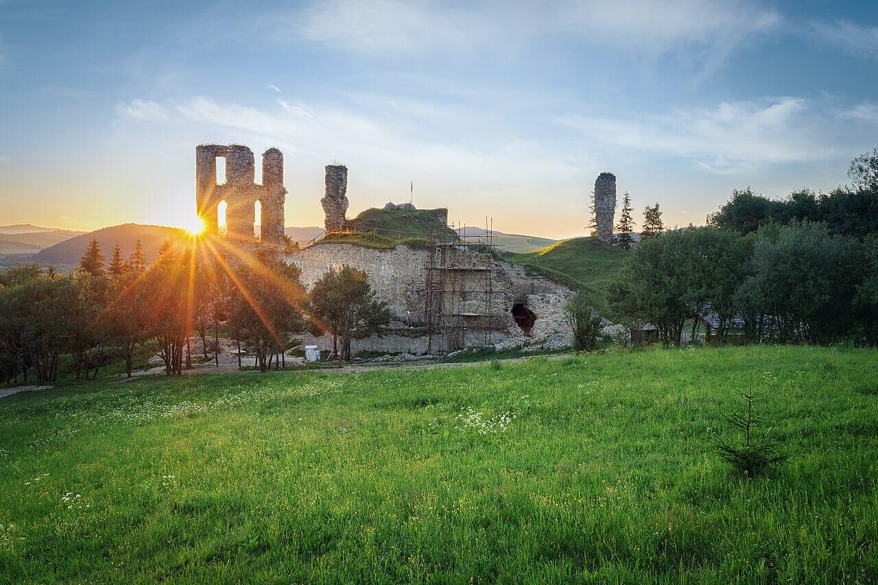 Západ slnka nad hradom Plaveč