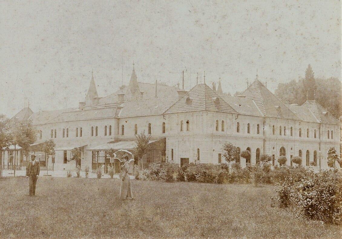Dobová fotografia spred vchodu do Balneologického múzea