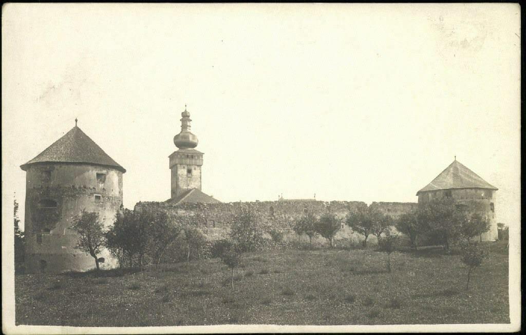 Historická fotografia kláštora Bzovík