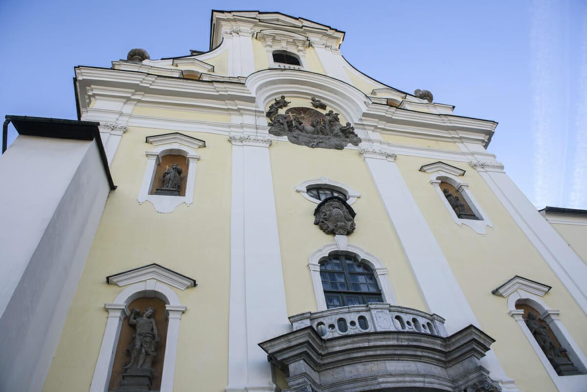 Hlavná fasáda kostola zakončená štítom so vstavanou vežou
