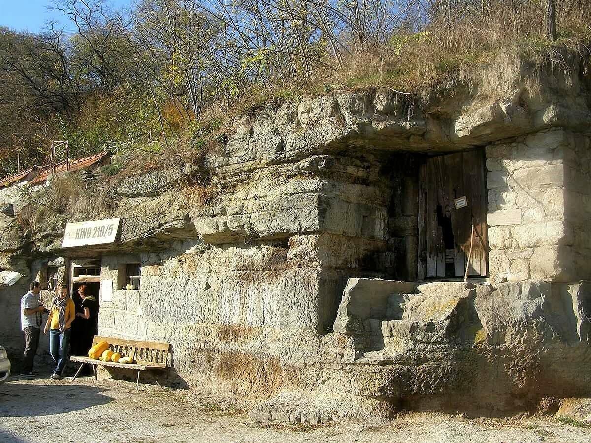 Brhlovce – skalné obydlia, kino