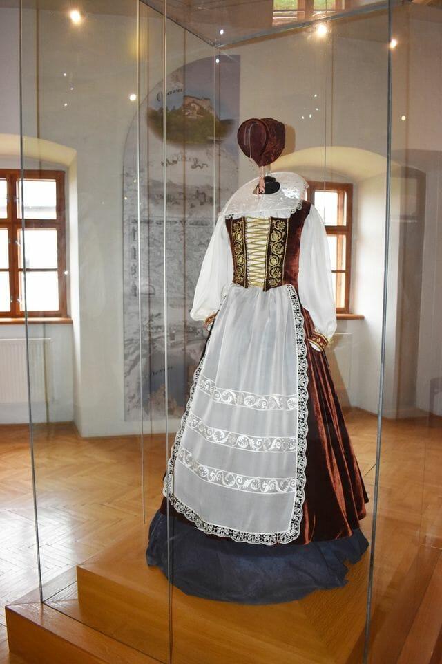 Expozícia v Čachtickom múzeu - dobové oblečenie
