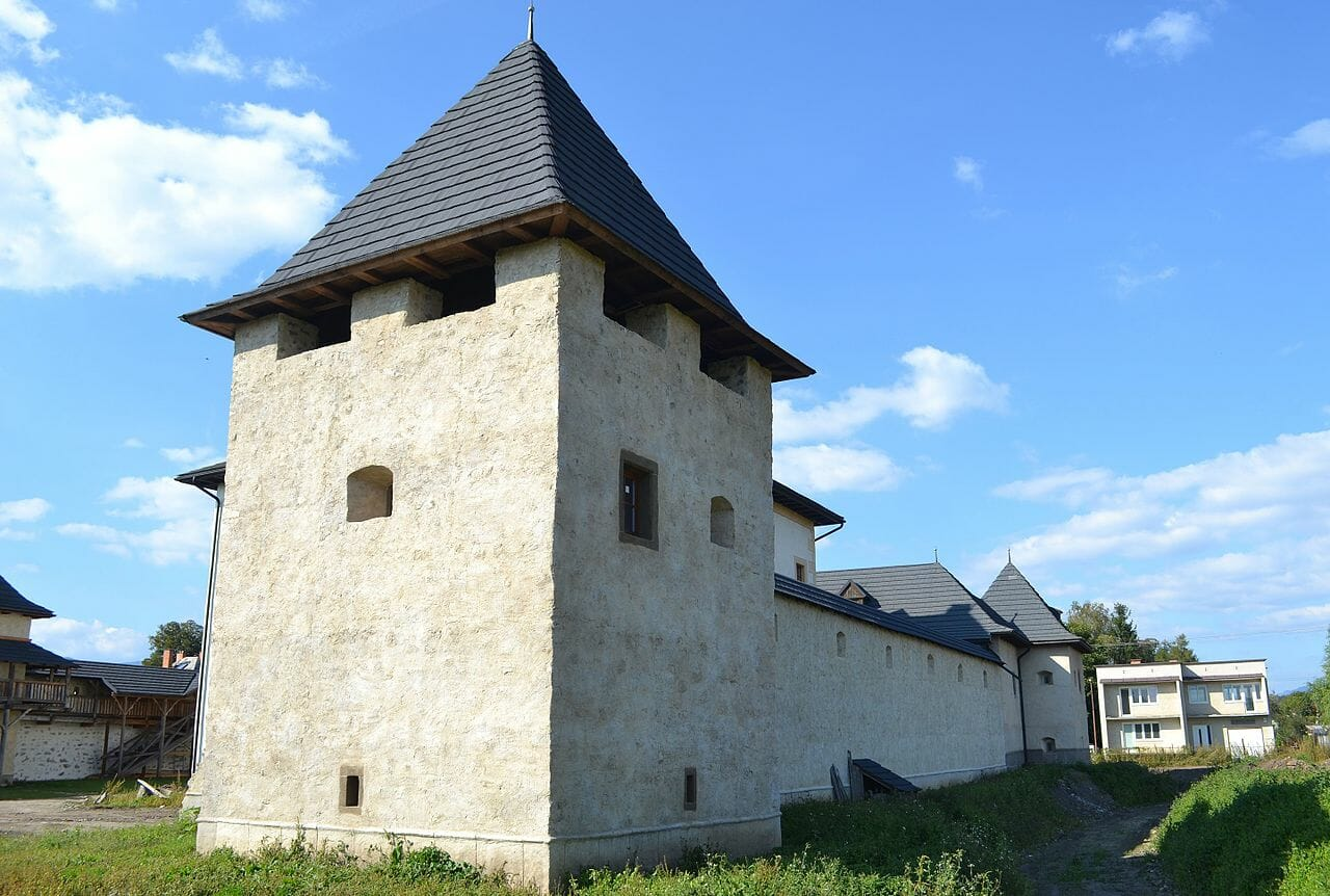 Juhovýchodná a severovýchodná bašta Vodný hrad v Hronseku