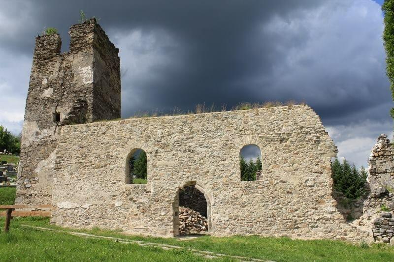 Zreštaurovaný múr kostola