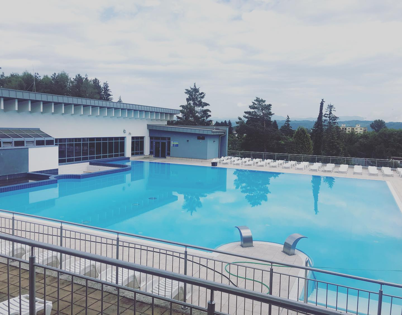 Vonkajší bazén s lehátkami