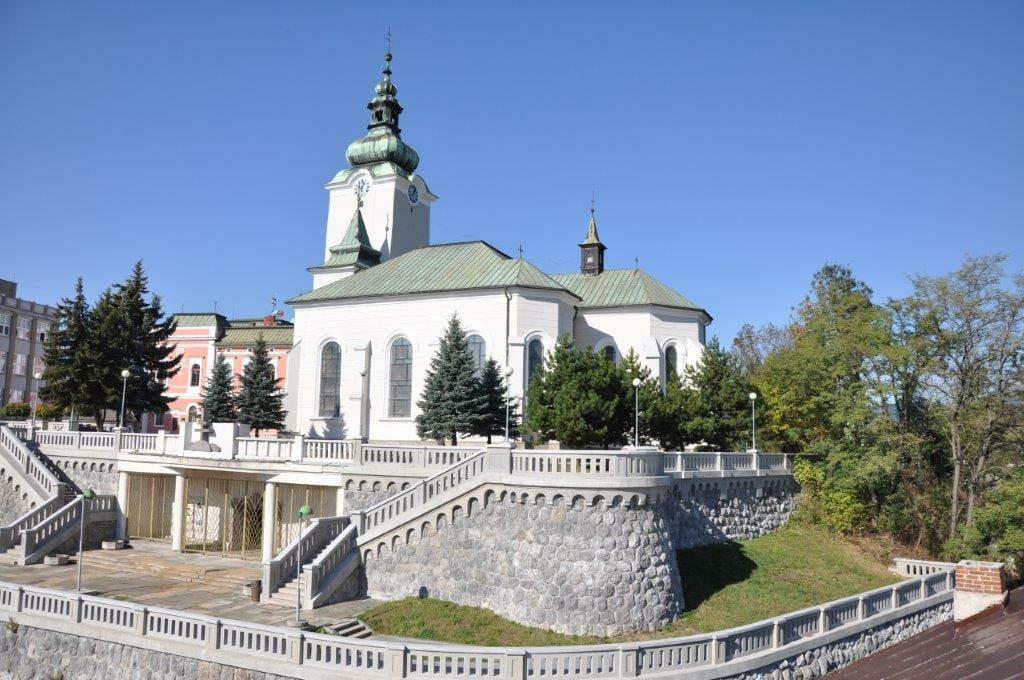 Pohľad na Mauzóleum Andreja Hlinku v pozadi s kostolom sv. Ondreja