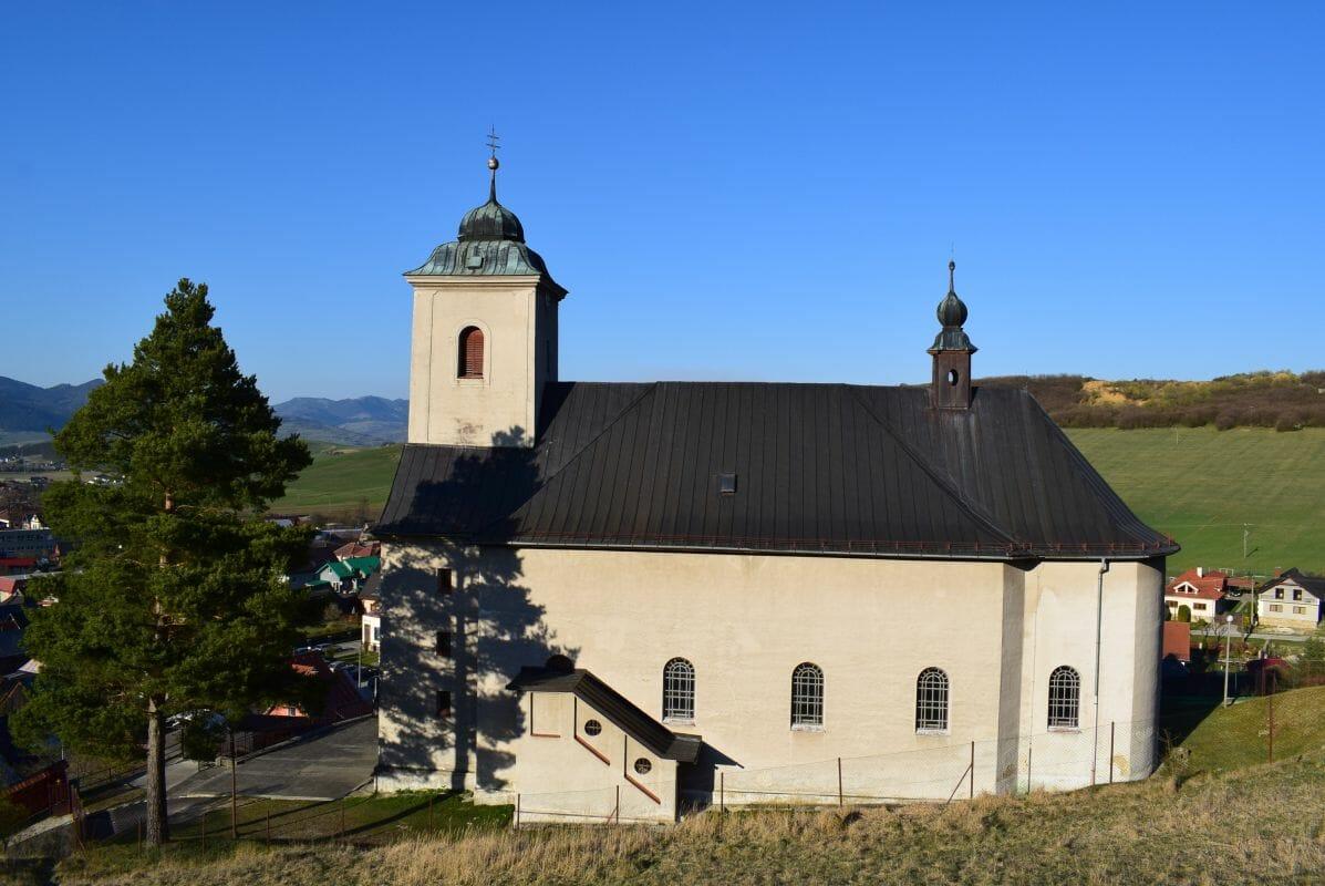 Bočný pohľad na Kostol všetkých svätých v Ludrovej