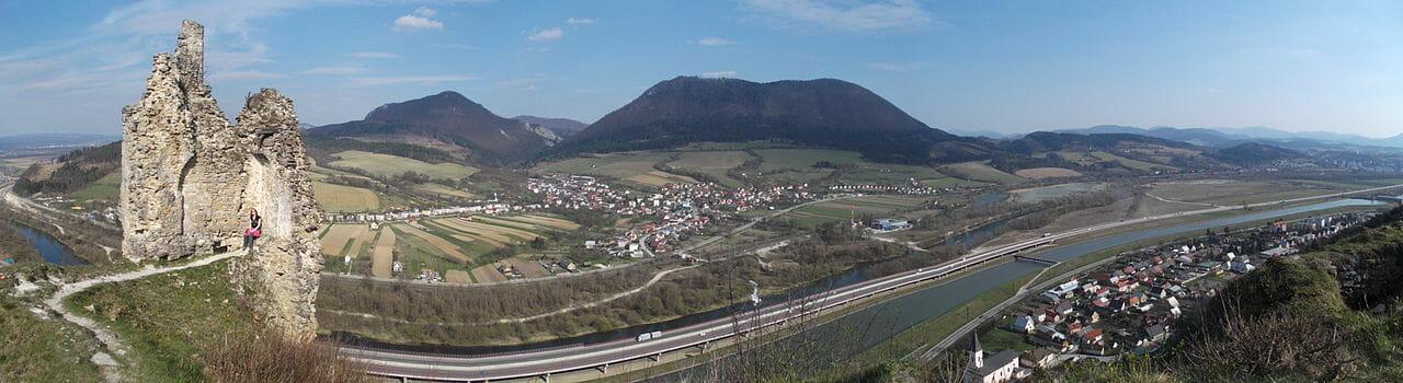 Panoramatický pohľad z Považského hradu
