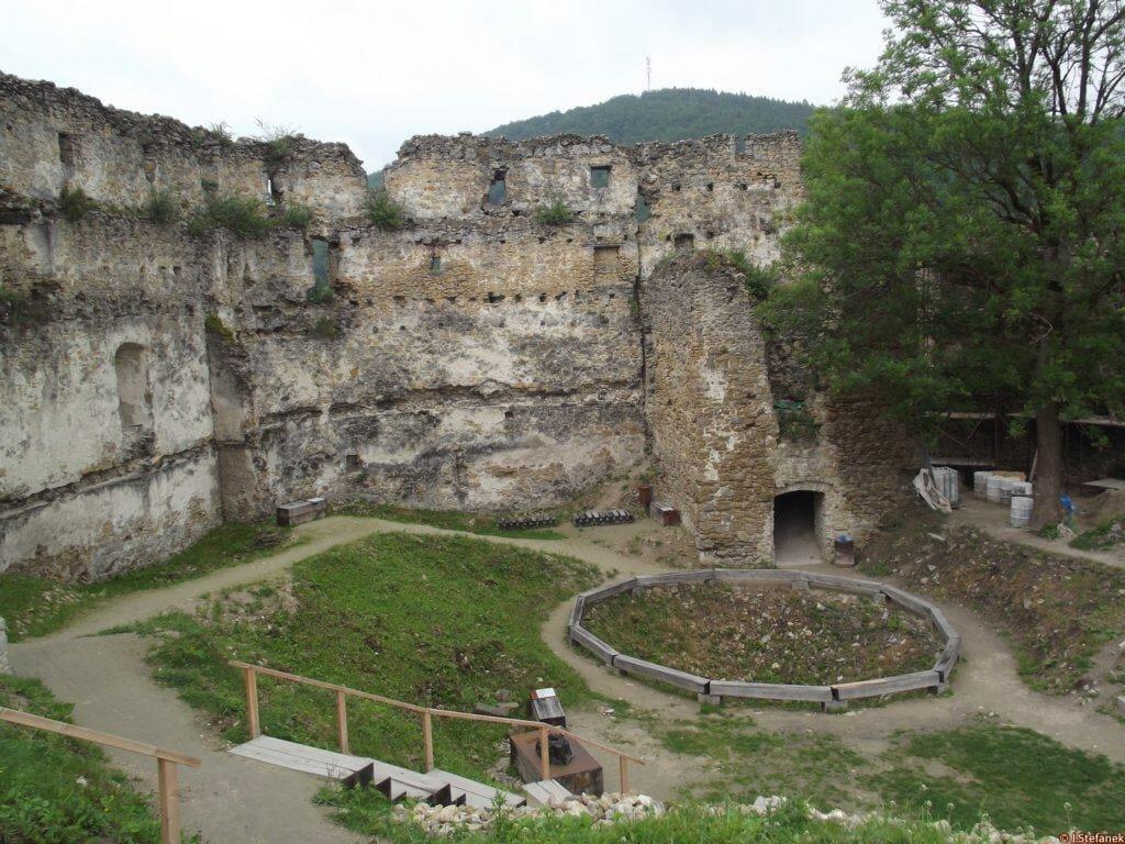 Nádvorie Považského hradu