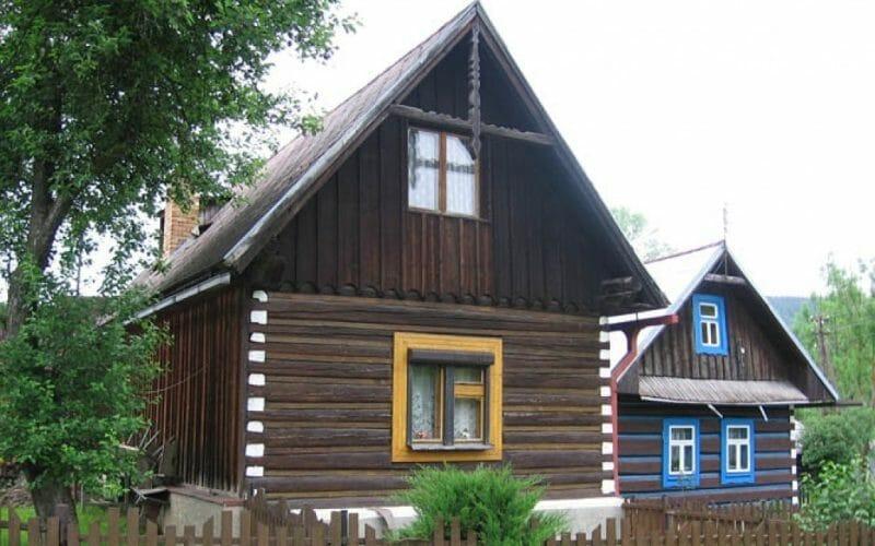 Zrubové domy posadené na kamennej podmúrovke, ktorá vyrovnávala nerovnosť terénu, sú jedinečné.