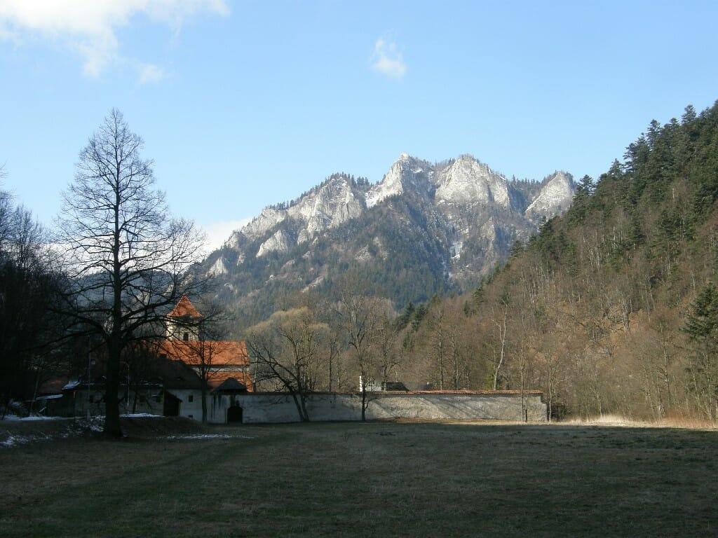 Vzdialený pohľad na Červený kláštor