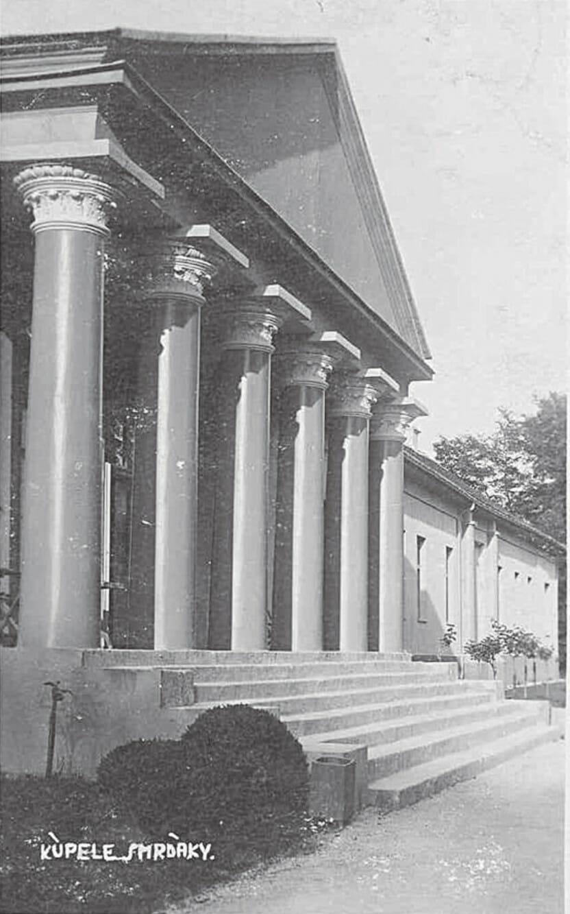 Stĺpy do hlavného kaštieľa v Smrdákoch zdobia korintské hlavice