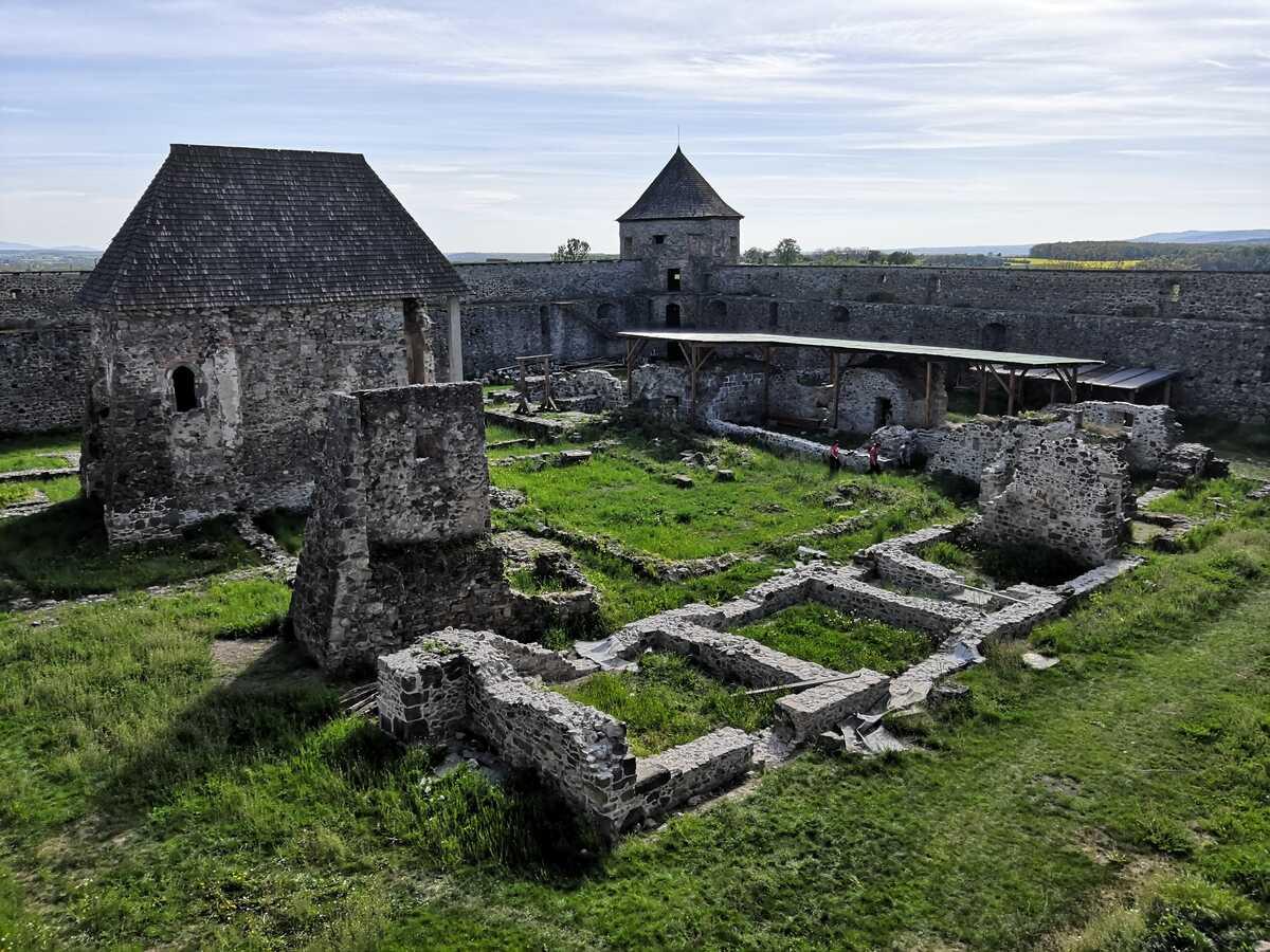 Vnútorný areál pevnosti Bzovík