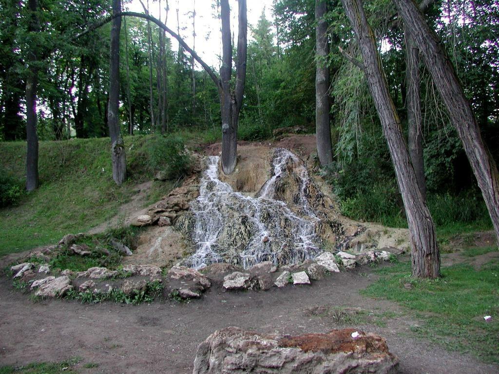 Vodopád nedaľeko známejšieho krátera