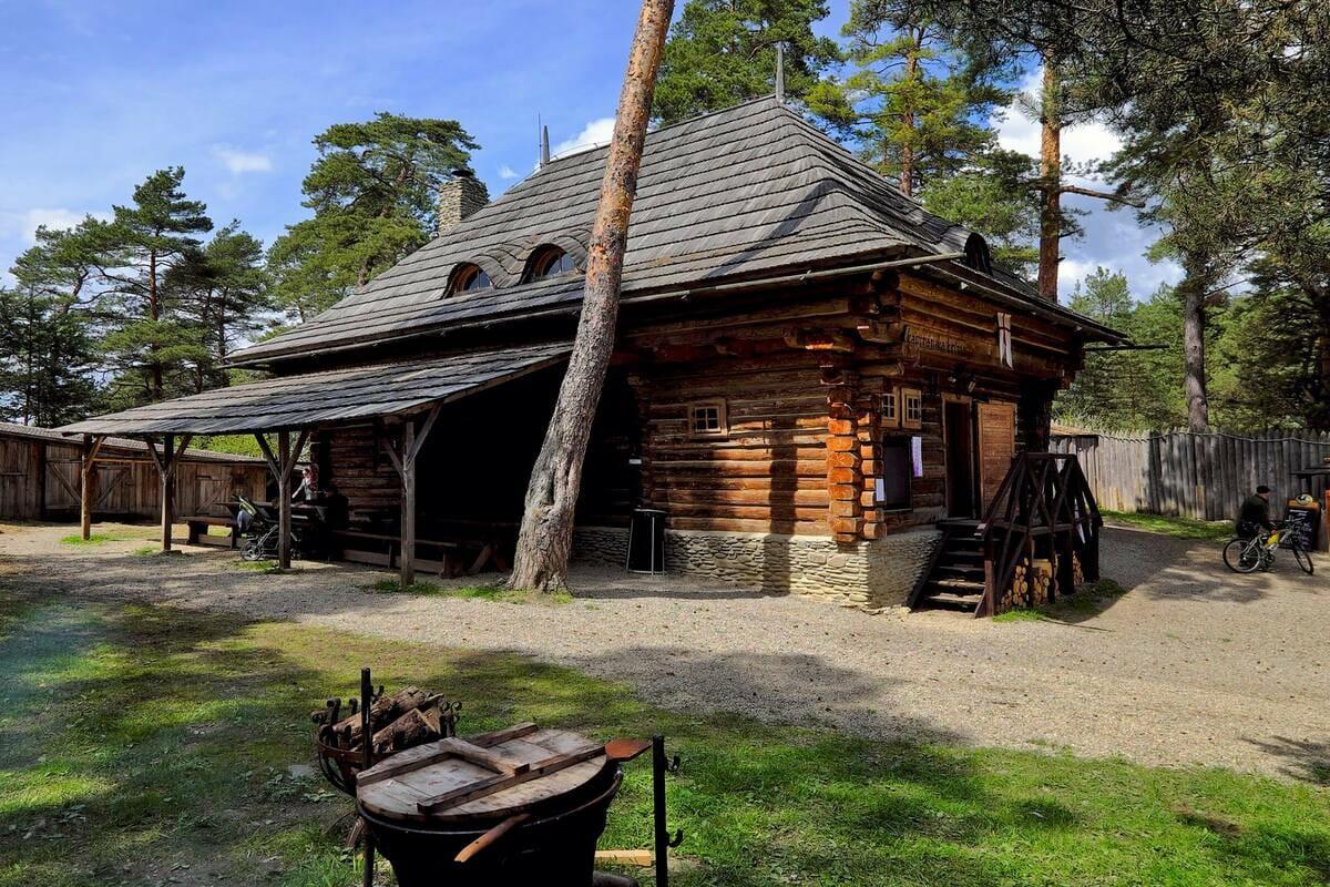 Kapitánsky domček dnes slúžiaci ako staroveká krčma – areál Stredovekého vojenského tábora