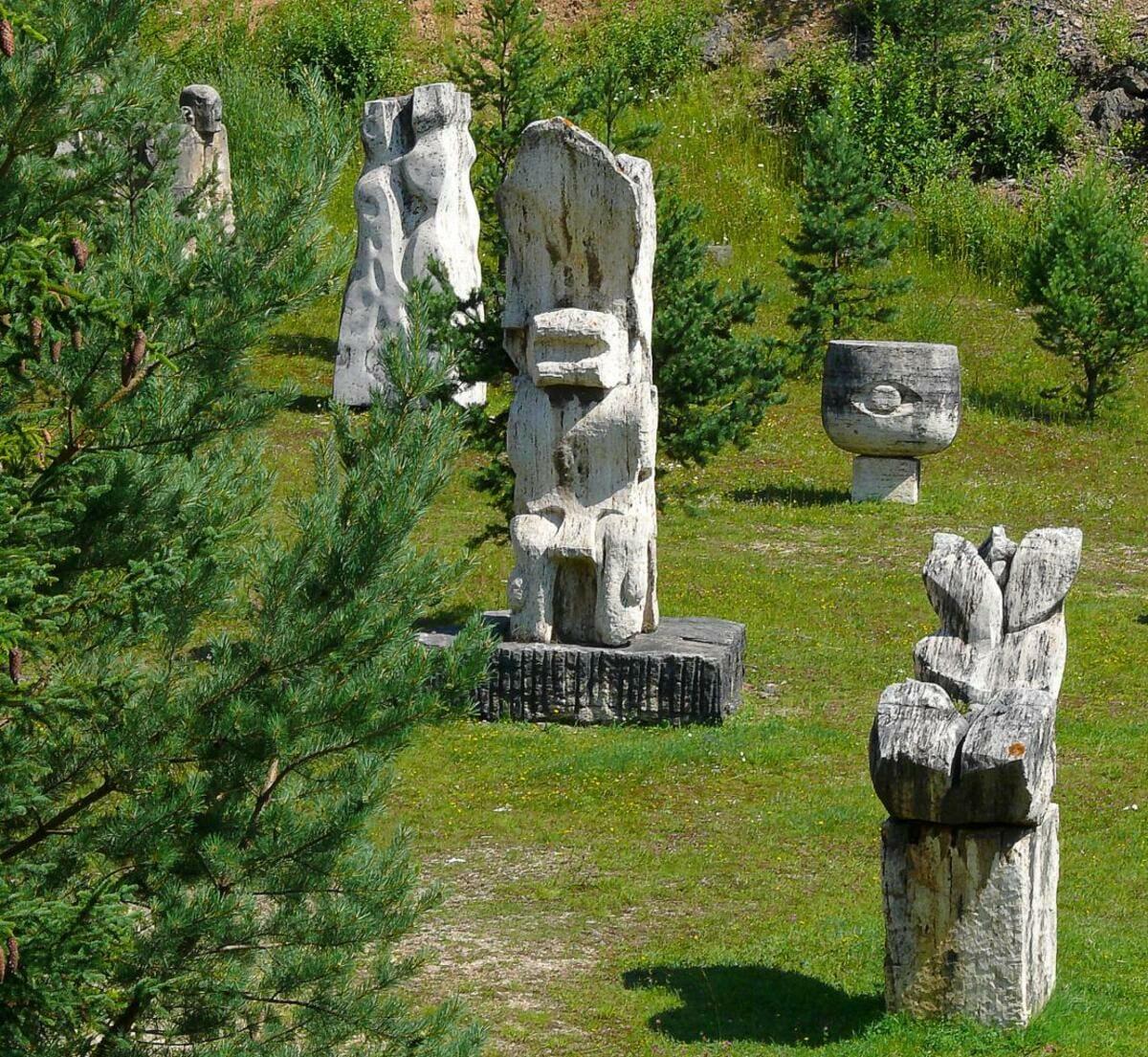 Pohľad na viaceré travertínové sochy ako súčasť Národnej kultúrnej pamiatky vo Vyšných Ružbachoch