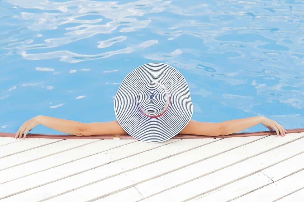 Žena v bazéne - ilustračný