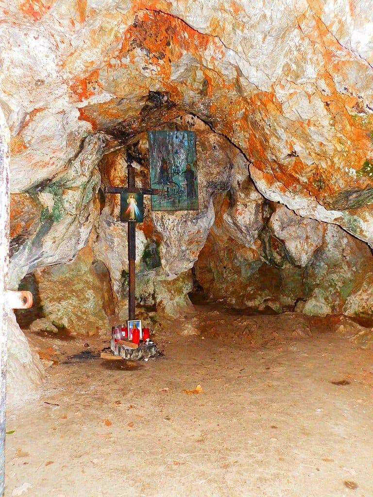 Kríž a podobizeň v interiéri jaskyne ako spomienka na pustovníka sv.Svoradu